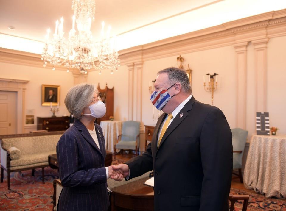강경화 외교부 장관(왼쪽)과 마이크 폼페이오 미국 국무장관이 9일(현지시간) 워싱턴DC에서 오찬을 겸한 외교장관 회담을 개최했다. 사진은 양국 장관이 악수하는 장면. 사진 외교부