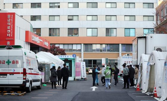 10일 서울 국립중앙의료원 코로나 19 선별진료소에 검사를 받으려는 시민들이 기다고 있다. 연합뉴스