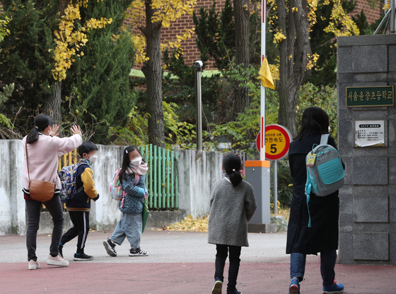 6일 오전 서울의 한 초등학교에서 어린이들이 등교하고 있다. 뉴스1