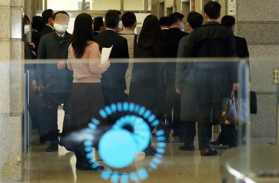 KB증권 직원들이 10일 서울 영등포구 여의도 금융감독원에서 열린 라임자산운용 펀드 판매 징계수위 논의 제3 제재심의위원회에 출석하고 있다. 뉴스1