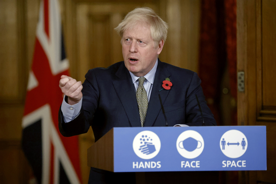 """신종 코로나바이러스 감염증(코로나19)에 걸렸던 보리스 존슨 영국 총리가 9일(현지시간) 화상회의장에서 화이자사의 코로나19 백신 효과 발표에 관해 """"아직 연구 초기단계일 뿐""""이라며 신중론을 제기했다.[AP=연합뉴스]"""