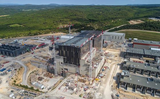8일 유럽연합(EU)과 한국 등 세계 7개국으로 구성된 ITER 국제기구가 프랑스 카다라슈의 ITER 건설 현장에서 '장치조립 착수 기념식'을 하고 실제 핵융합 반응이 일어나는 실험장치 조립에 들어갔다고 밝혔다. 사진 국가핵융합연구소.
