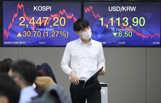 코스피가 1% 이상 상승 마감한 9일 오후 서울 중구 하나은행 딜링룸에서 직원들이 업무를 보고 있다. 연합뉴스