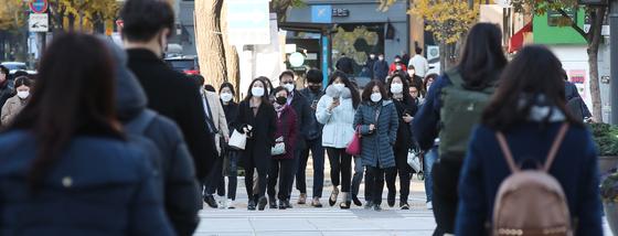 서울의 아침 체감온도가 영하권으로 떨어지며 추운 날씨를 보인 지난 9일 오전 서울 광화문역 네거리에서 두꺼운 옷을 입은 시민들이 발걸음을 옮기고 있다. 우상조 기자