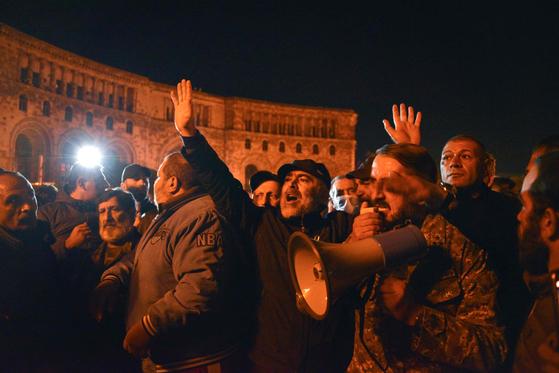 10일(현지시간) 아르메니아 수도 예레반에서 아제르바이잔과의 휴전 협정에 반대하는 집회가 열리고 있다. AFP=연합뉴스