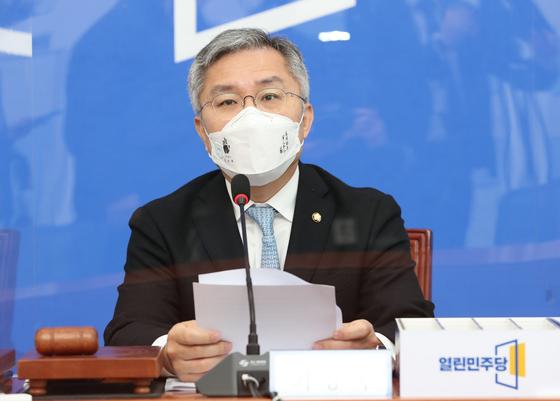 최강욱 열린민주당 대표가 9일 오전 서울 여의도 국회에서 열린 최고위원회의에서 발언하고 있다. 뉴스1