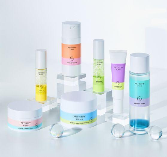 2021년엔 건강한 피부를 위해 자연유래 성분을 적극 활용한 화장품군이 강화될 전망이다. 사진은 한국암웨이가 지난달 출시한 내추럴 화장품 브랜드 '아티스트리 스튜디오 스킨'의 신제품들이다. 사진 한국암웨이