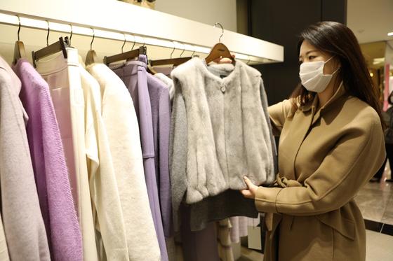 고객이 의류 브랜드 미샤에서 겨울 외투를 쇼핑하고 있다. 사진 롯데쇼핑