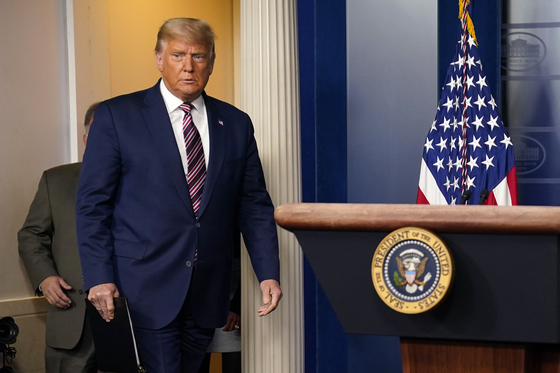 지난 5일(현지시간) 도널드 트럼프 미국 대통령이 백악관에서 열린 기자회견을 하기 위해 들어서고 있다. [AP=연합뉴스]