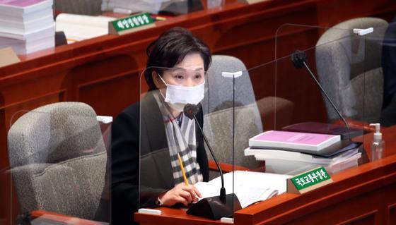 김현미 국토부 장관이 9일 오전 국회에서 열린 예산결산특별위원회 전체회의에서 의원들의 질의에 답하고 있다. 오종택 기자