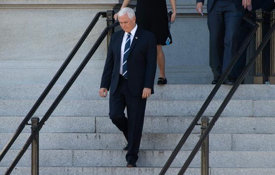 마이크 펜스 부통령이 9일 백악관 부속 건물에서 빠져나오고 있다. AFP=연합뉴스