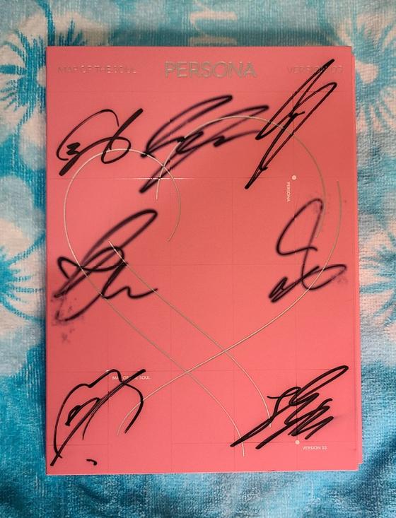 방탄소년단 멤버 7명의 친필 사인이 적힌 CD가 부산위아자에 나온다.[사진 아름다운가게 부산본부]
