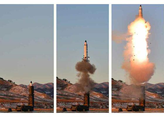 북한이 도덜드 트럼프 미국 대통령 취임 직후인 2017년 2월 12일 새 중장거리 전략탄도미사일 북극성 2형을 쏘고 있다. [연합뉴스]