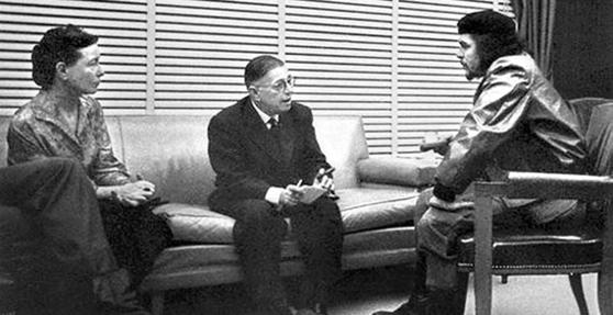 '살롱좌파'의 대명사인 사르트르(가운데)와 그의 연인인 보부아르가 좌파 혁명가인 체 게바라와 대화하는 모습. [사진 위키피디아]