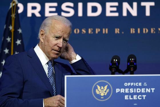 미국의 조 바이든 대통령 당선인이 11월 9일 자택이 있는 델라웨어주 윌밍턴의 퀸스 극장에서 연설 하기 전 심각한 표정을 짓고 있다. AP=연합뉴스