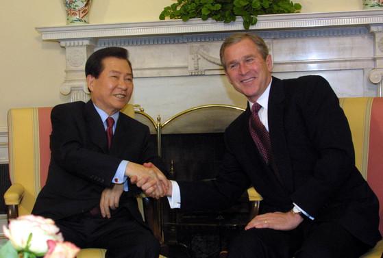 """김대중 대통령은 2001년 3월 8일 조지 W 부시 대통령과 취임 47일 만에 백악관에서 정상회담을 했다. 부시 대통령은 정상회담 직후 공동 기자회견에서 """"북한에 환상을 가지고 있지 않다""""며 """"북한의 대량살상무기 개발과 수출은 중단돼야 하며 또 검증돼야 한다""""라고 말했다. [청와대사진기자단]"""