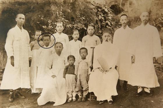 소설 『상록수』의 저자 심훈 선생(동그람)의 어릴 적 가족 사진. 이 사진은 110년 전인 1910년 촬영된 것으로 현재까지 확인된 선생의 사진 중 가장 어린 시절 모습이다. [사진 당진시]