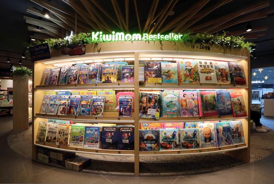 만화를 통해 각종 분야의 정보를 전달하는 학습만화는 2000년대 중반부터 어린이책 베스트셀러의 대부분을 차지하고 있다. [중앙포토]