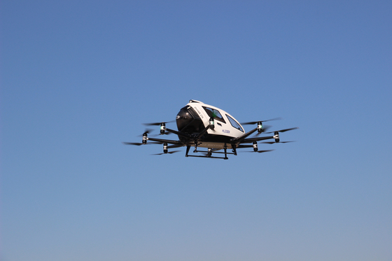 서울시는 11일 오전 여의도에서 드론택시 비행 시연 행사를 열었다. 사람 대신 쌀가마니를 태운 2인용 드론택시가 여의도 상공을 날고 있다. [사진 서울시]