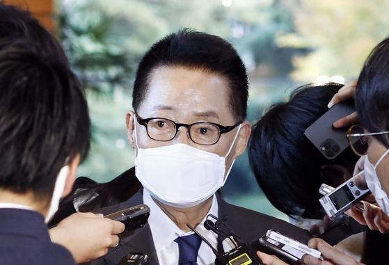 박지원 국가정보원장이 10일 스가 일본 총리를 면담한 후 취재진 을 만나고 있다. [도쿄=연합뉴스]