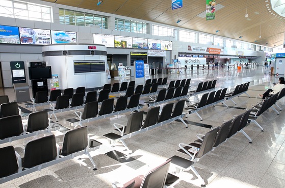 지난 9일 코로나19 여파로 이용객이 급감한 전남 무안군 무안국제공항이 텅 비어 있다. 지난 9월 무안국제공항 이용객은 132명(항공기 2편)에 그쳤다. 프리랜서 장정필