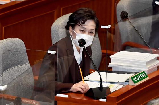 김현미 국토부 장관이 지난 11월 10일 국회에서 열린 예산결산특별위원회 전체회의에서 답변하고 있다. 연합뉴스