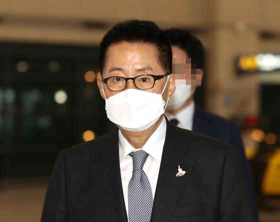 박지원 국가정보원장이 11일 오후 일본 방문을 마치고 인천국제공항 1터미널을 통해 귀국하고 있다.[연합뉴스]