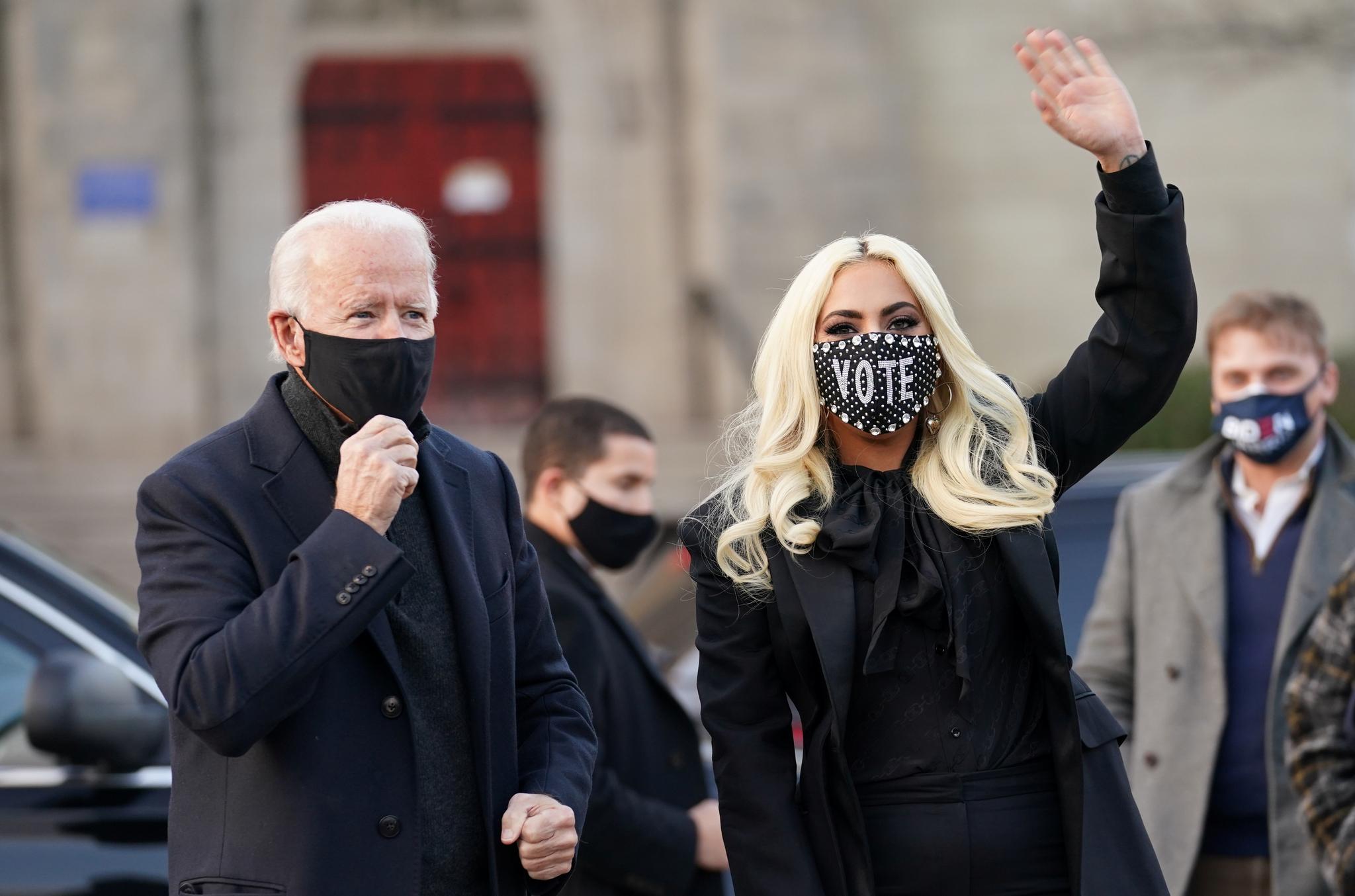 지난 2일 팝 스타 레이디 가가가 조 바이든 후보와 깜짝 만남을 가진 뒤 손을 흔드는 모습. 로이터=연합뉴스