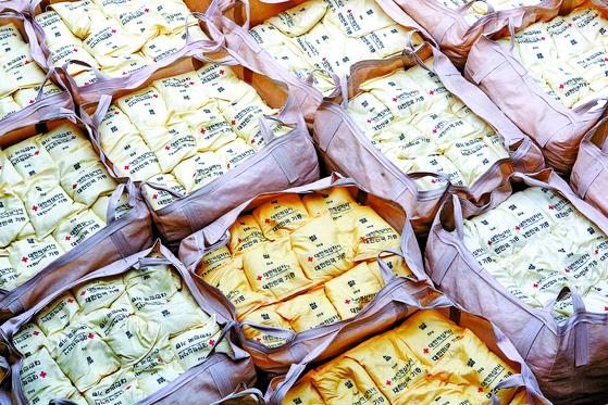 2010년 군산항에서 북한 수재민에게 전달할 쌀을 배에 선적하고 있는 모습. 정부는 지난해 세계식량기구를 통해 북한에 쌀 5만t을 지원하려고 했지만, 잠정 중단 됐다. 북한이 한국이 지원하는 쌀 수령에 대해 부정적인 입장을 밝힌 것으로 알려졌다. 연합뉴스