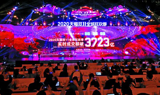 11일 새벽 중국 저장성 항저우시 알리바바 본사 인근에 마련된 미디어센터 무대 화면에 지난 1일부터 11일 오전 0시 30분까지 판매된 거래액인 3천723억 위안(약 63조 원)이 표시되어 있다. 연합뉴스