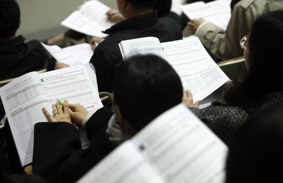 지난해 서울 강남구 진선여자고등학교 회당기념관에서 열린 영재학교·과학고·자사고·외고·국제고·일반고 진학을 위한 '종로학원하늘교육 고교 및 대입 특별 설명회'에서 초등학생, 중학생을 자녀로 둔 학부모들이 자료를 살펴보고 있다. 뉴스1