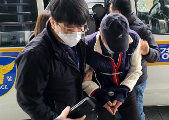 충남 공주와 논산에서 가짜 경유를 팔아 차량 100여대를 망가뜨린 혐의로 경찰에 붙잡힌 주유소 업주가 영장실질심사를 위해 공주경찰서로 이송되고 있다. 뉴스1