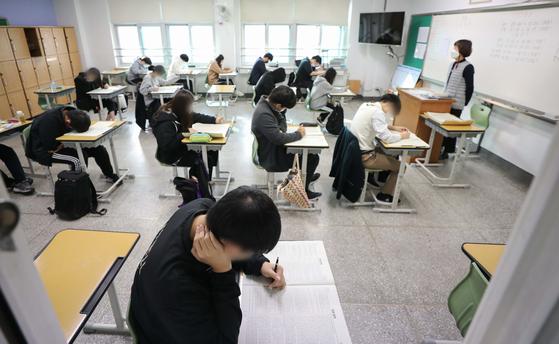 대학수학능력시험 전 고등학교 3학년만을 대상으로 한 마지막 '2020 10월 모의고사'가 진행된 27일 서울 노원고등학교에서 학생들이 문제를 풀고 있다. 뉴스1