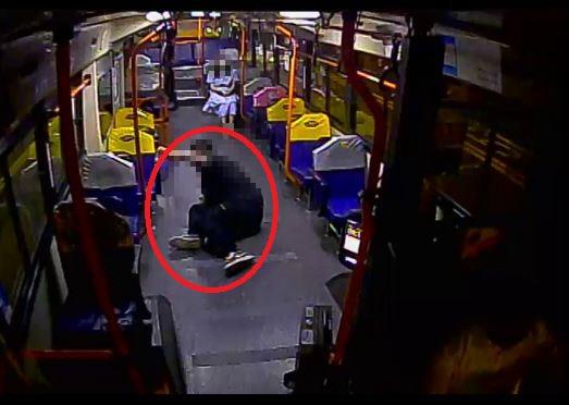 20대 남성 A씨가 시내버스에 승차한 후 버스가 출발할 때 넘어지는 모습. 사진 부산경찰청