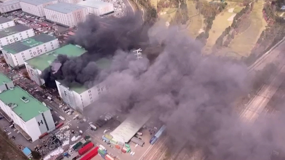 지난 4월 21일 오전 10시 35분 경기 군포시 군포물류센터 E동에서 화재가 발생해 건물 밖으로 검은연기가 뿜어져 나오고 있다. 뉴시스