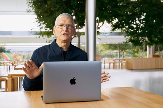 팀 쿡 애플 CEO가 자체개발 칩셋 'M1'이 들어간 최신 맥북을 공개하고 있다. [사진 애플]