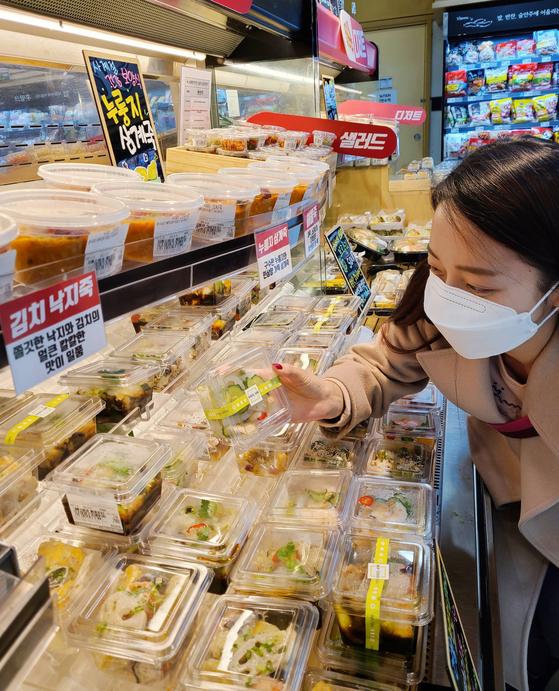 소비자가 롯데마트의 즉석조리식품 매장 '차리다, 식탁'에서 장을 보고 있다. 사진 롯데쇼핑