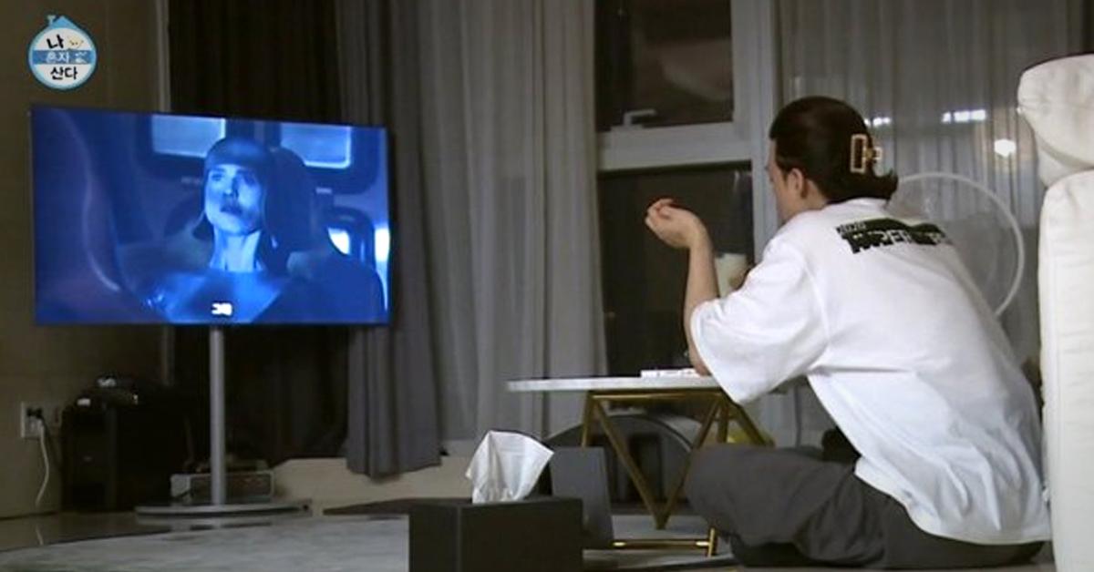 지난 6일 방송된 MBC '나 혼자 산다'에서 미국 드라마 '레이즈드 바이 울브스'를 시청하고 있는 배우 김지훈의 모습. 해당 화면 캡처