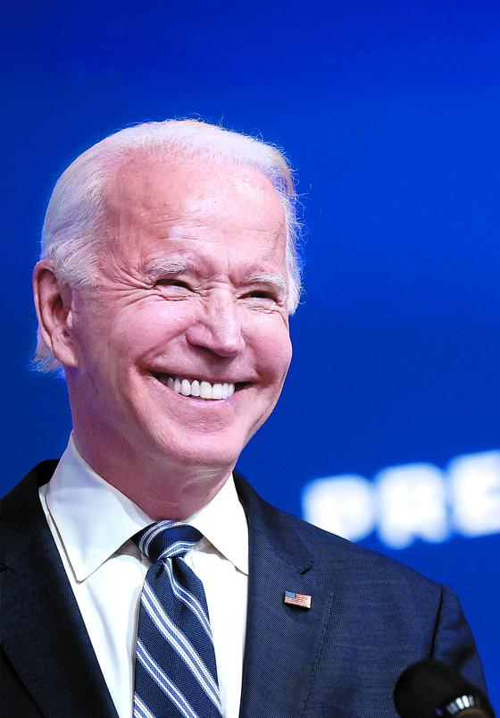 조 바이든 미국 대통령 당선인이 10일(현지시간) 델라웨어 윌밍턴의 인수위 사무실에서 전 국민건강보험법인 이른바 '오바마 케어' 관련 설명을 하며 환하게 웃고 있다. [로이터=연합뉴스]