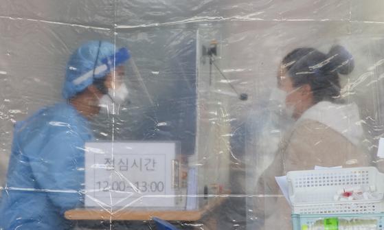 12일 광주광역시 서구보건소를 찾은 한 시민이 코로나19 진단검사를 받고 있다. 프리랜서 장정필