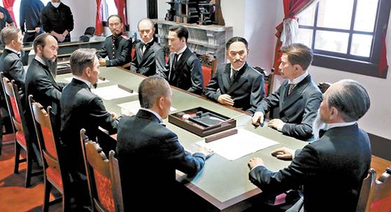 서울 덕수궁 중명전(수옥헌)에 재연한 1905년 11월 을사늑약 현장의 모습. 일본은 열리지지도 않은 어전회의를 빙자해 대한제국의 외교권을 하루아침에 강탈했다. [뉴시스]