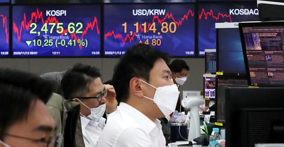 12일 오후 서울 중구 하나은행 딜링룸. 이날 원달러환율은 4.8원 오른 1114.8원으로 장을 마감했다. 뉴스1