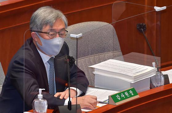 최재형 감사원장이 12일 국회에서 열린 예산결산특별위원회 전체회의에 참석해 의원들의 질의에 답변하고 있다. 오종택 기자