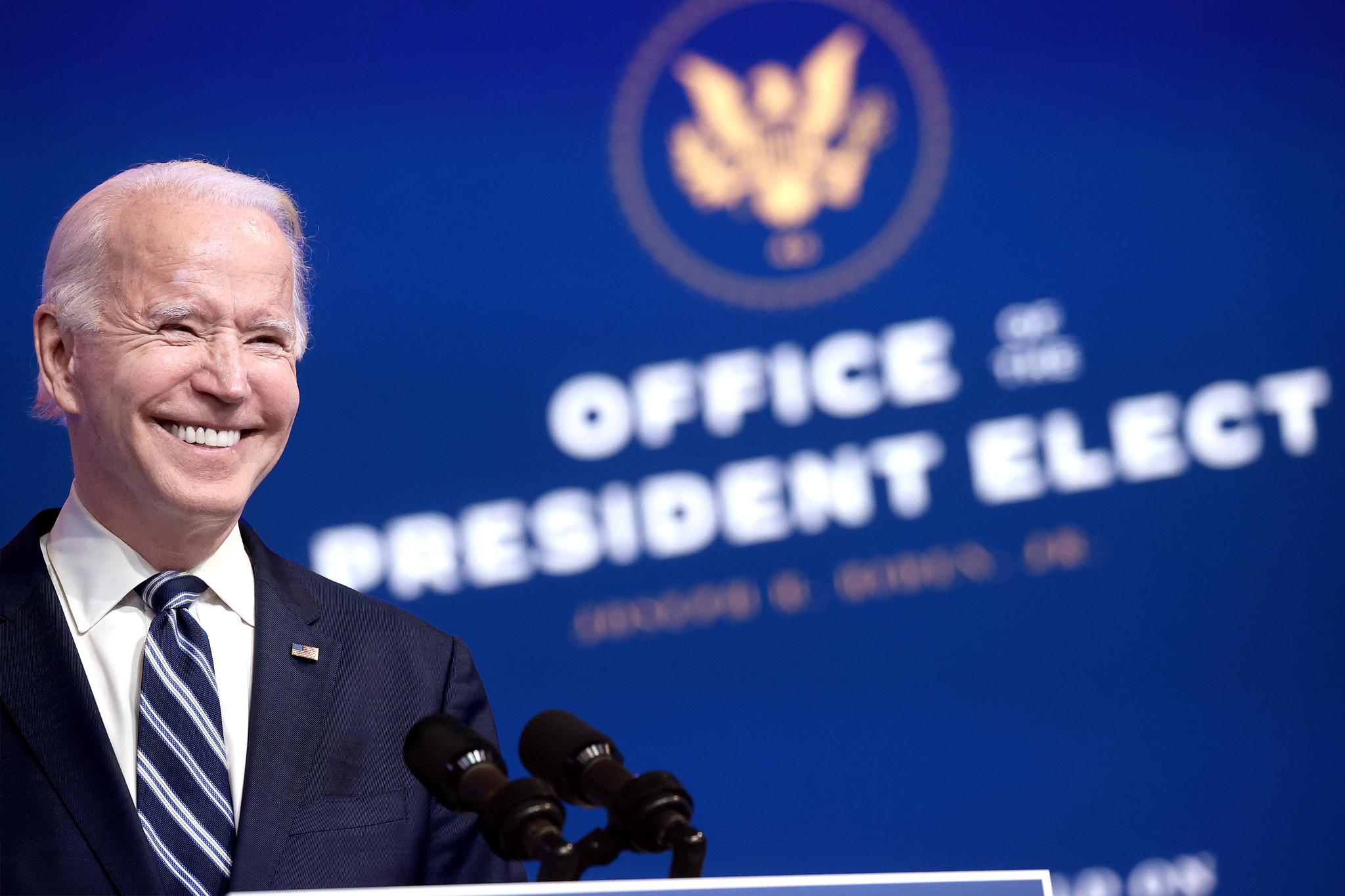 조 바이든 미국 대통령 당선인이 지난 10일(현지시간) 델라웨어 윌밍턴의 인수위 사무실에서 전 국민건강보험법인 이른바 '오바마케어' 관련 설명을 하며 환하게 웃고 있다. 로이터=연합뉴스