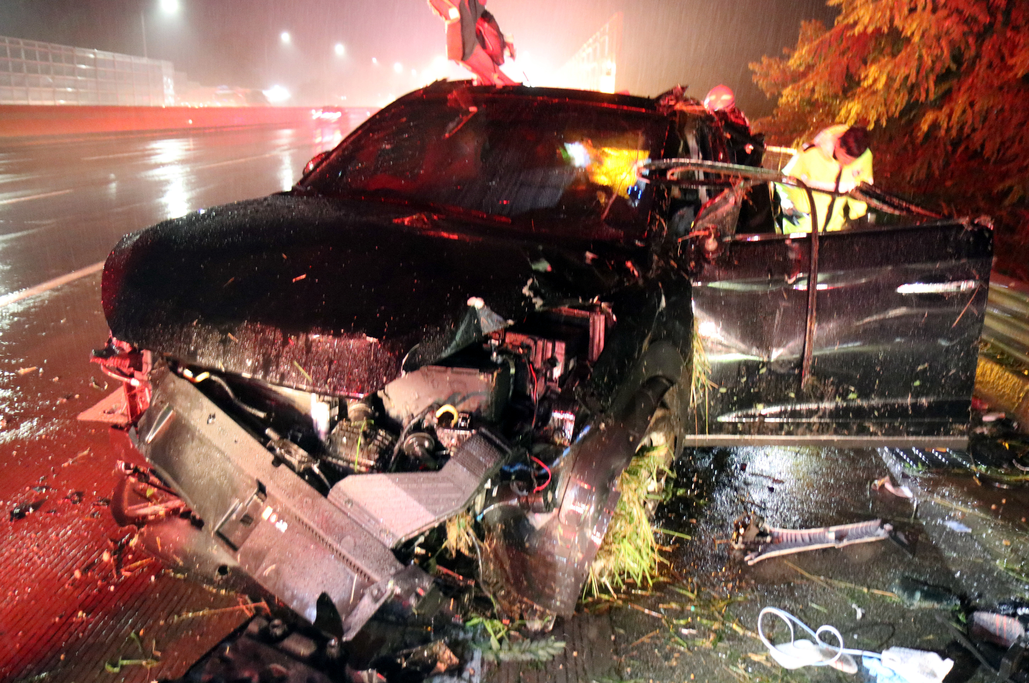 지난 7월 27일 호남고속도로에서 발생한 교통사고. 승용차가 가드레일 들이받으면서 안전띠를 하지 않았던 두명이 차량 밖으로 떨어져 숨졌다. [연합뉴스]