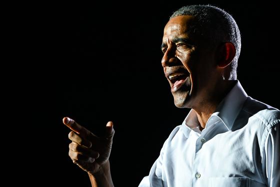 지난 2일(현지시간) 대선을 앞두고 조 바이든 후보 지지연설에 나선 버락 오바마 미국 전 대통령. [AFP=연합뉴스]