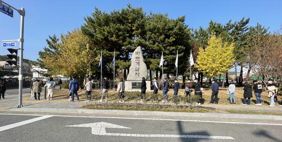 13일 광양시청에 마련된 선별진료소를 찾은 시민들이 긴 줄을 지어 검사를 기다리고 있다. 연합뉴스