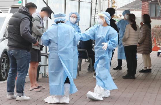 충남 서산 공군 제20전투비행단에서 신종 코로나바이러스 감염증(코로나19) 확진자가 집단으로 발생한 13일 오후 충남 서산보건소에 마련된 선별진료소에서 의료진이 분주한 모습을 보이고 있다. 뉴스1