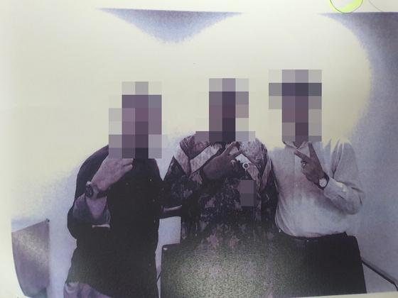2018년 9월 B씨(오른쪽)가 인도네시아 대통령 처조카 사위(왼쪽)와 만나 대통령궁 비서실과 대사관 이전 사업 관련 미팅을 했다는 증거로 보내온 사진. [사진 피해자 정모씨]