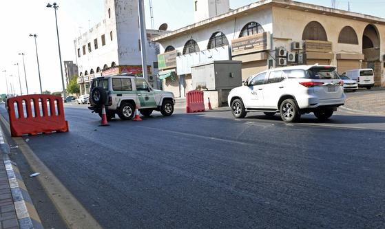 11일(현지시간) 사우디아라비아 해안도시 제다에서 유럽 외교관들을 겨냥한 사제폭탄 테러가 일어나 4명이 다쳤다. 인근 도로가 사우디 경찰에 의해 봉쇄돼 있다. AFP=연합뉴스
